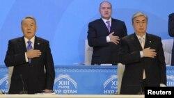 """Президент Нұрсұлтан Назарбаев (сол жақта) """"Нұр Отан"""" партиясының съезінде. Оның қатарында тұрған - сенат спикері Қасым-Жомарт Тоқаев. Астана, 11 ақпан 2011 жыл."""