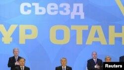 Члены президиума на съезде партии «Нур Отан» слушают государственный гимн Казахстана. Астана, 11 февраля 2011 года.