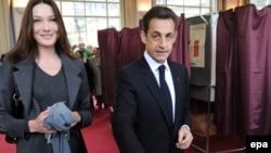 Во Франции сплетни об изменах в супружеской паре президента Николя Саркози и Карлы Бруни перешли в юридическую плоскость