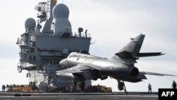Авіаносець «Шарль де Ґолль» готується вирушити на Близький Схід, Тулон, 13 січня 2015 року