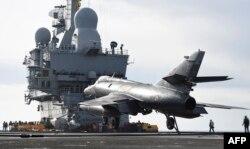 بنا بر آمار نیروهای ائتلاف به رهبری آمریکا (در تصویر یک جنگنده فرانسوی در راه خلیج فارس) نزدیک به ۲ هزار حمله هوایی در عراق و سوریه علیه «حکومت اسلامی» انجام دادهاند که ۱۶۰۰ حمله به دست نیروهای آمریکایی انجام شده است.
