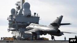 مقاتلة فرنسية تقلع في مهمة من حاملة الطائرات شارل ديغول