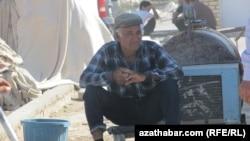 Türkmenistanyň bazarlarynyň birinde söwda edýän telekeçi.