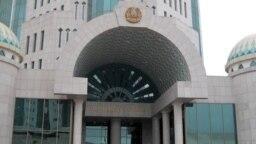 Вход в здание сената парламента Казахстана.
