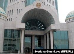Главный вход в сенат парламента Казахстана.