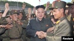 کیم جونگاون، رهبر کره شمالی در میان گروهی از سربازان آن کشور