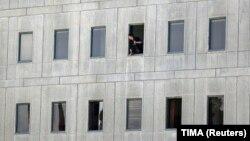 Поліцейський виглядає з вікна будівлі парламенту, Тегеран, Іран, 7 червня 2017 року