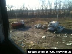 Автомобілі біля вежі, з яких бійці намагалися злити пальне