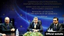 Baş nazir Karen Karapetian yeni səhiyyə naziri Levon Altunianı (solda) təqdim edir