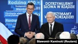"""Премьер-министр Польши Матеуш Моравецкий (слева) и лидер """"Права и Справедливости"""" Ярослав Качиньский"""