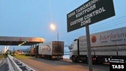 Пункт таможенного контроля на трассе Москва-Минск, Смоленская область. Заветный российский штамп в паспорт здесь получить нельзя