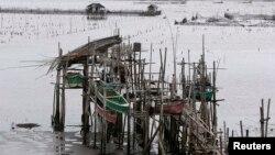 Рыбаки заранее привязали свои лодки на высоких шестах, чтобы уберечь их от волн при урагане. Побережье Манильского залива, 8 ноября 2013 г.