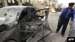 پلیس عراقی در محل انفجار در نزدیکی کلیسای نوتردام در بغداد.