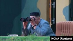 رهبر کره شمالی در حال نظاره یک آزمایش موشکی در ژوئیه سال جاری