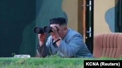 Kim Jong Un urmărind testul din 25 iulie