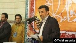 محمود احمدینژاد از سوی مخالفان و مقامات دولت حسن روحانی به ریخت و پاش درآمدهای نفتی ایران متهم است. (عکس: سایت دولت بهار)