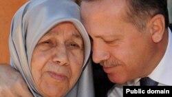 Ердоган со мајка му, архивска фотографија