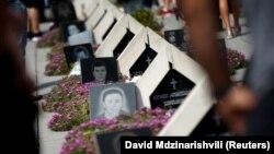 Церемонія на меморіальному цвинтарі грузинських солдатів, загиблих під час війни з Росією 2008 року. Тбілісі, 8 серпня 2017 року