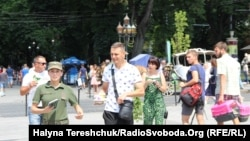 Бійці Нацгвардії роздають листівки з іменами полонених моряків у Львові, 7 липня 2019