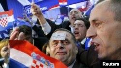 """Сторонники """"Хорватского демократического содружества"""" празднуют победу на выборах, 8 ноября 2015 года"""