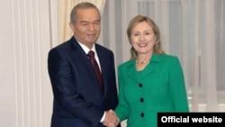 Өзбек президенті Ислам Каримов пен АҚШ мемлекеттік хатшысы Хиллари Клинтон (оң жақта). Ташкент, 2 желтоқсан 2010 жыл.