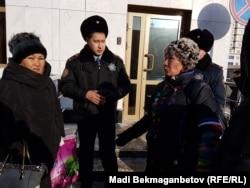 Бас прокуратура ғимараты алдында тұрған Майра Рысманованың туыстары. Астана, 7 желтоқсан 2016 жыл.
