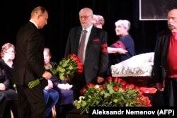 Президент России Владимир Путин (слева) на церемонии прощания с Людмилой Алексеевой.