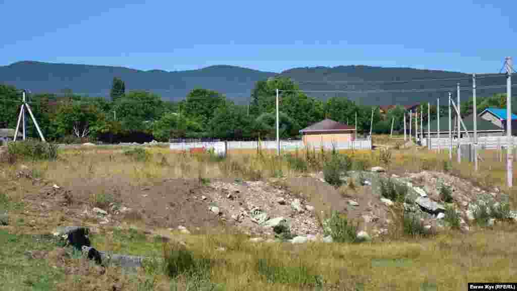 Власники деяких ділянок у Байдарській долині за допомогою будівельного сміття піднімають рівень поверхні, рятуючись від заболочування