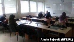 Dobar deo profesora na ovom univerzitetu je stekao diplome upravo na njemu, a koje po zakonskim normama nisu validne i ti nastavnici nisu kvalifikovani, tvrdi Miodrag Popović