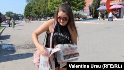 Împărțind ziare...