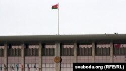 Байцы службы бясьпекі на даху Палацу незалежнасьці
