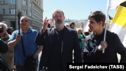 Vyacheslav Maltsev (center) takes part in a Russian opposition rally in Moscow in May 2017.
