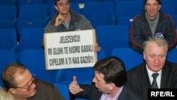 Nakon što je Parlament Federacije BiH smanjio budžetska izdvajanja za civilne invalide, kao jednu od mjera štednje, uslijedio je upad invalida u salu Parlamenta, 24. februara, Foto: Midhat Poturović