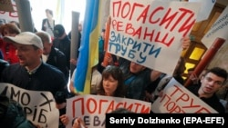 Supporters of ex-President Petro Poroshenko protest inside the State Bureau of Investigation, accusing it of cooperation with officials linked to ex-President Viktor Yanukovych on July 15..
