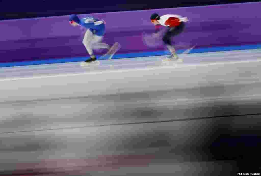 Швидкісне катання на ковзанах: Наталія Вороніна з Росії та Мартіна Саблікова з Чеської Республіки під час фіналу жіночих змагань на дистанції 5000 метрів. Саблікова виборола «срібло», Вороніна– «бронзу»