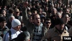 Участники пророссийского митинга в Симферополе