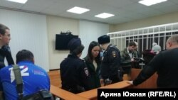 Мать мальчика Алина Юмашева на суде в Омске