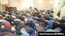 В мечети во время молитвы.