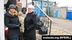Натальля Пінчук і Вольга Бяляцкая ў чарзе на перадачу ў Бабруйскую калёнію