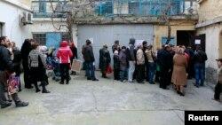 Крым. Орус паспортун алуу үчүн кезекке тургандар. 20-март, 2014-жыл.