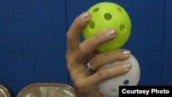 Два мяча запросто умещаются в женской руке
