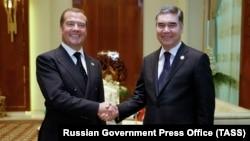 Премьер-министр России Дмитрий Медведев (слева) и президент Туркменистана Гурбангулы Бердымухамедов.
