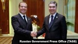 Премьер-министр России Дмитрий Медведев и президент Туркменистана Гурбангулы Бердымухамедов после встречи в городе Туркменбаши. 12 августа 2019 года.