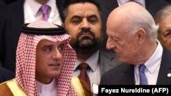 Глава МИД Саудовской Аравии Адель аль-Джубейр (слева) и спецпредставитель ООН по Сирии Стаффан де Мистура в Эр-Рияде.