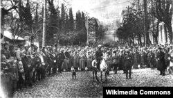 Тбилиси көшелерінде жүрген Совет армиясы әскері. 17 ақпан 1921 жыл.