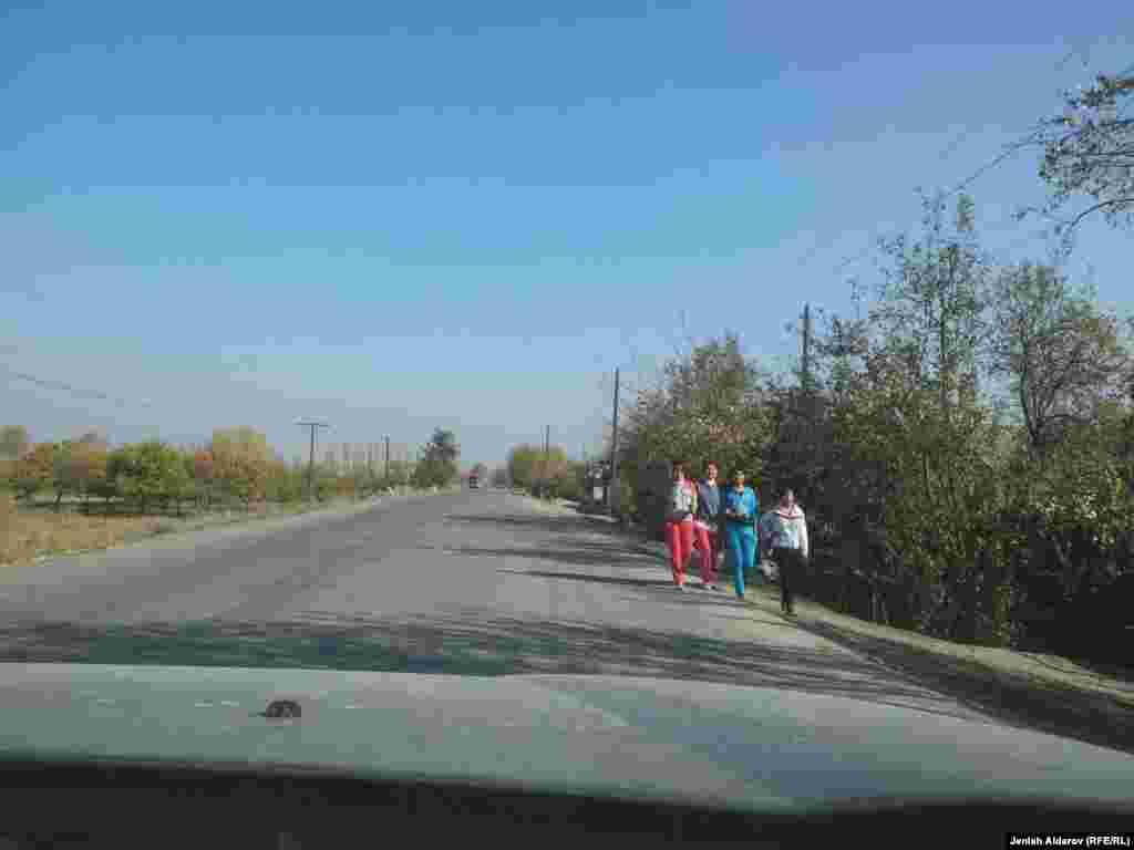 Автодорога Кызыл-Кия – Кадамжай (КР) – является транзитной двусторонней дорогой, пролегающей через территорию Узбекистана. По автотрассе могут проезжать только граждане Кыргызстана и Узбекистана. Граждане Кыргызстана не имеют права останавливаться на транзитной дороге.