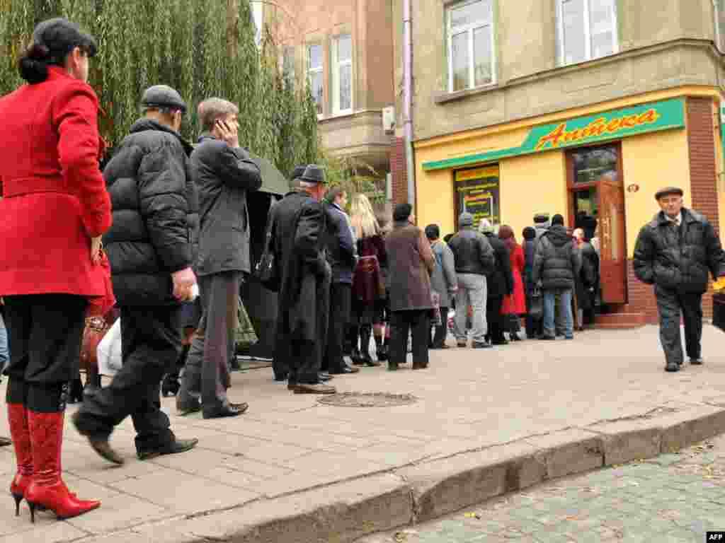 Очередь за медицинскими масками в одну из аптек Львова. Более 20 человек умерли от неизвестного вируса на западе Украины