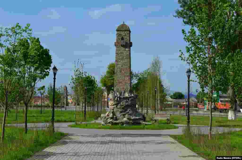 Традиционная чеченская башня, которая, по замыслу архитекторов, должна украсить сквер перед мечетью.