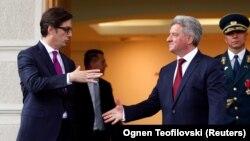 Presidenti i ri, Stevo Pendarovski përshëndetet me ish-presidentin Gjorge Ivanov. Shkup, 12 maj, 2019.