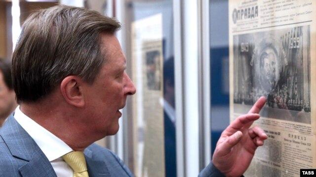 Глава администрации президента России Сергей Иванов на выставке, подготовленной Государственным архивом